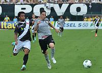 ATENÇÃO EDITOR: FOTO EMBARGADA PARA VEÍCULOS INTERNACIONAIS - SÃO PAULO, SP, 27 OUTUBRO DE 2012 - CAMPEONATO BRASILEIRO - CORINTHIANS x VASCO DA GAMA: Carlos Alberto (d) e Chicão (e) durante partida Corinthians x Vasco da Gama,  válida pela 33ª rodada do Campeonato Brasileiro de 2012, em partida disputada no Estádio do Pacaembu em São Paulo. FOTO: LEVI BIANCO - BRAZIL PHOTO PRESS