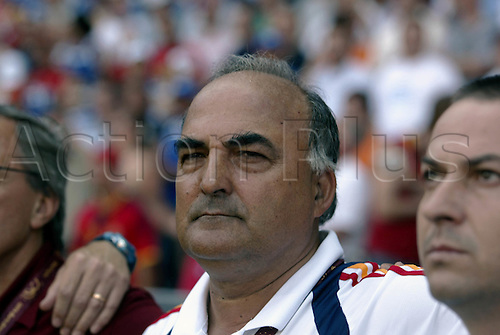 16 June 2004: Portrait of Spanish manager Inaki Saez before the Euro 2004 Group A game between Greece and Spain at the Estádio do Bessa Século, Porto. The match was drawn 1-1. Photo: Glyn Kirk/actionplus...040616 football soccer man men coach coaches