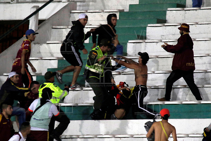MANIZALES - COLOMBIA, 17-08-2017: Hinchas del Tolima protagonizan desordenes en las tribunas durante el encuentro entre Once Caldas y Deportes Tolima por la fecha 8 de Liga Águila II 2017 jugado en el estadio Palogrande de la ciudad de Manizales. /  Fans of Tolima make a disturbs during the match between Once Caldas and Deportes Tolima for the date 8 of the Aguila League II 2017 played at Palogrande stadium in Manizales city. Photo: VizzorImage / Santiago Osorio / Cont