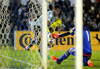 MONTEVIDEO - URUGUAY -13-10-2015: Abel Hernandez (Izq) jugador de Uruguay anota gol a David Ospina (Der.) portero de Colombia, durante partido entre Uruguay y Colombia de la fecha 2 por la clasificación a la Copa Mundo FIFA 2018 Rusia jugado en el estadio Centenario de la ciudad de Montevideo. /  Abel Hernandez (L) player of Uruguay scored a goal to David Ospina (R) goalkeeper of Colombia, during match between Uruguay and Colombia, for the date 2 for the 2018 FIFA World Cup Russia Qualifier played at Centenario Stadium in Montevideo city. Photo: Photosport / VizzorImage / Dante Fernandez / Cont.