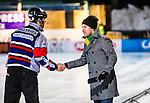 Stockholm 2013-12-03 Bandy Elitserien Hammarby IF - Ljusdals BK :  <br /> Ljusdal tr&auml;nare Jesper S&ouml;derb&auml;ck h&auml;lsar p&aring; domare Mikael Hillerius innan matchen<br /> (Foto: Kenta J&ouml;nsson) Nyckelord:  domare referee ref tr&auml;nare manager coach