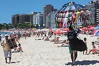 ATENCAO EDITOR FOTO EMBARGADA PARA VEICULO INTERNACIONAL - RIO DE JANEIRO, RJ, 18 DE NOVEMBRO 2012 -  CLIMA TEMPO - Movimentacao de banhistas na praia de Copacabana na manha deste domingo, 18 na capital fluminense. FOTO: VANESSA CARVALHO - BRAZIL PHOTO PRESS.