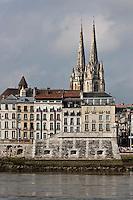 Europe/France/Aquitaine/64/Pyrénées-Atlantiques/Pays-Basque/Bayonne:  Flèches de la Cathédrale Sainte-Marie et toits du Grand-Bayonne