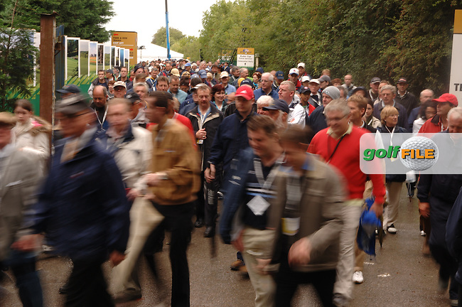 20th September, 2006. Dublin Ireland. Crowds attend the second practise day of the 2006 Ryder Cup at the K Club..Photo: Barry Cronin/ Newsfile..