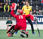 AMSTELVEEN - keeper Philip van Leeuwen (A'dam)   tijdens  de shoot outs, bij  de  eerste finalewedstrijd van de play-offs om de landtitel in het Wagener Stadion, tussen Amsterdam en Kampong (1-1). Kampong wint de shoot outs.  . COPYRIGHT KOEN SUYK