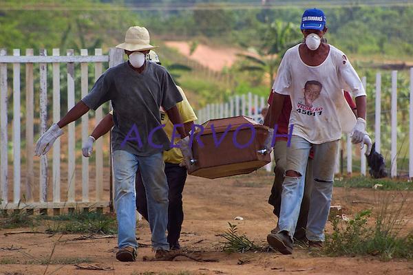 Os corpos de seis dos 8 mortos assassinados em uma fazenda a cerca de 180 km de Sao Felix do Xingu no dia 12/09/2003 comecaram a ser enterrados nesta tarde no cemiterio da cidade apos ficare expostos durante toda manh&bdquo; ao lado do aeroporto, apenas um deles contem identifica&Aacute;&bdquo;o na urna. <br /> Sao Felix do Xingu, Para, Brasil<br /> 17/09/2003<br /> Foto Paulo Santos/Interfoto
