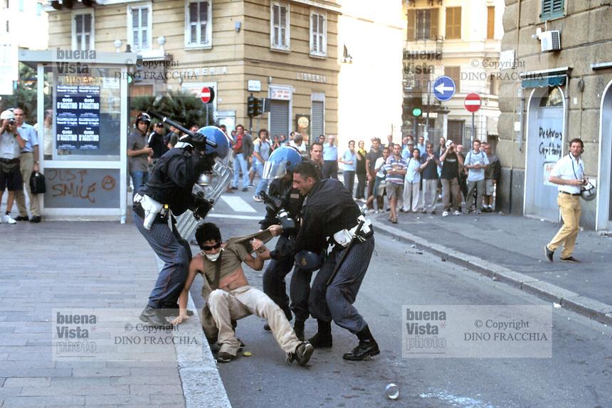 - manifestations against the international G8 summit in Genoa, July 2001, the police attacks a young demonstrator....- manifestazioni contro il summit internazionale G8 a Genova nel luglio 2001, la polizia aggredisce un giovane dimostrante