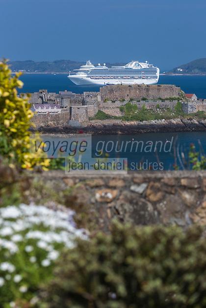 Royaume-Uni, îles Anglo-Normandes, île de Guernesey, Saint Peter Port: <br /> Castle Cornet et bateau de croisière // United Kingdom, Channel Islands, Guernsey island, Saint Peter Port: Castle Cornet and cruise ship