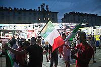 01/07/2012 Finale dei campionati europei di calcio 2012  Italia - Spagna: delusione dei tifosi in piazza a Torino. Tifosi con le bandiere dell'Italia vicino ai camion dei panini.