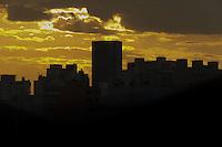 SÃO PAULO,SP, 01.07.2016 - CLIMA-TEMPO - Por do sol no bairro da Bela Vista, na região central da cidade de São Paulo, nesta sexta-feira, 01. (Foto: Vanessa Carvalho/Brazil Photo Press)