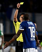 BOGOTA - COLOMBIA - 18 – 02 - 2018: Carlos Mario Herrera (Izq.), arbitro, muestra tarjeta amarilla a Janeiler Palacios (Der.) jugador de Millonarios, durante partido de la fecha 4 entre Millonarios y Atletico Nacional, por la Liga Aguila I 2018, jugado en el estadio Nemesio Camacho El Campin de la ciudad de Bogota. / Carlos Mario Herrera (L), referee, shows yellow card to Janeiler Palacios (R), player of Millonarios during a match of the 4th date between Millonarios and Atletico Nacional, for the Liga Aguila I 2018 played at the Nemesio Camacho El Campin Stadium in Bogota city, Photo: VizzorImage / Luis Ramirez / Staff.