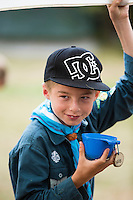 20140805 Vilda-l&auml;ger p&aring; Kragen&auml;s. Foto f&ouml;r Scoutshop.se<br /> kille k&aring;sa keps hand i luften scouthalsduk scoutskjorta suddig bakgrund gr&auml;smatta
