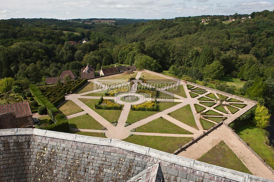 Europe/France/Aquitaine/24/Dordogne/Jumilhac-le-Grand: Château de Jumilhac - les jardins vus depuis les toits du  château - réorganisés autour du bassin central en respectant les concepts de la Renaissance et les principes de Le Nôtre, ils retracent deux thèmes mystérieux de l'alchimie