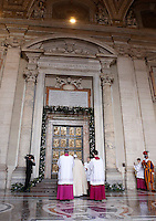Papa Francesco si prepara ad aprire la Porta Santa, in occasione dell'inizio ufficiale del Giubileo della Misericordia, nella Basilica di San Pietro, Citta' del Vaticano, 8 dicembre 2015.<br /> Pope Francis prepares to open the Holy Door, on the occasion of the start of the Jubilee of Mercy, on St. Peter's Basilica at the Vatican, 8 December 2015.<br /> UPDATE IMAGES PRESS/Bonotto Giagnori<br /> <br /> STRICTLY ONLY FOR EDITORIAL USE<br /> <br /> *** ITALY AND GERMANY OUT ***