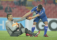 BOGOTÁ-COLOMBIA-16-09-2015. Leandro Castellanos (Izq) arquero de Independiente Santa Fe (COL) es ayudado a levantarse por Sebastian Fernandez (Der) jugador de Nacional (UY) durante partido de vuelta por la segunda fase de la Copa Sudamericana 2015 jugado en el estadio Nemesio Camacho El Campín de la ciudad de Bogotá./ Leandro Castellanos (L) goalkeeper of Independiente Santa Fe (COL) is helped to stand up by Sebastian Fernandez (R) player of Nacional (UY) during the second leg match for the second phase of Copa Sudamericana 2015 played at Nemesio Camacho El Campin stadium in Bogotá city.  Photo: VizzorImage/ Gabriel Aponte /Staff