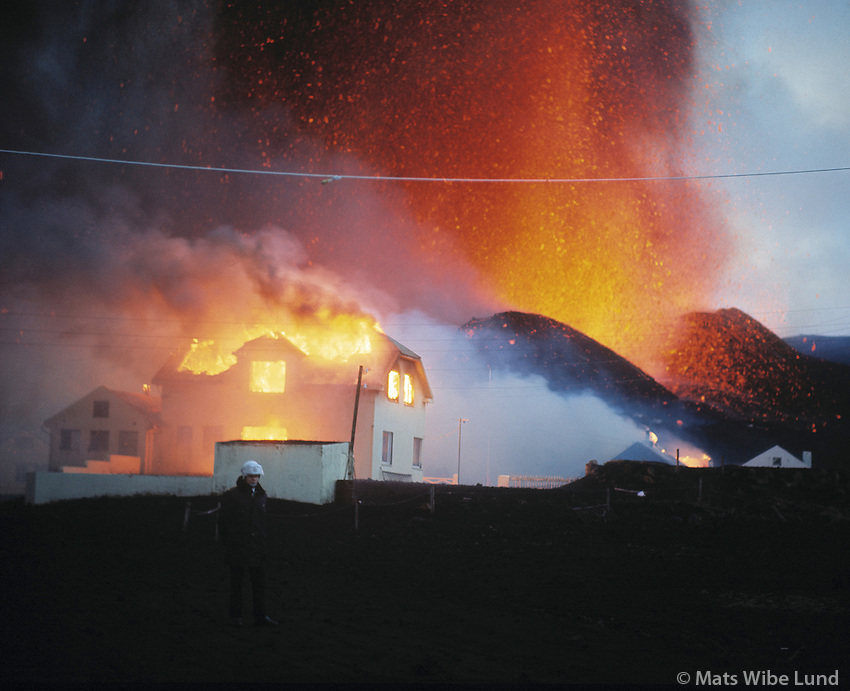 Heimaey á fyrstu dögum gossins 1973..One of the first houses to be set on fire as the volcanic eruption started near Kirkjubær farm in the outskirst of the fishingtown Vestmannaeyjar og Heimaey in the Westman Island group south of Iceland mainland. January 1973