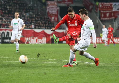 18.02.2016. Augsburg, Germany. UEFA Europa League football. Augsburg versus Liverpool FC.  Roberto Firmino (Liverpool FC), shoots past Paul Verhaegh (FC Augsburg 2)