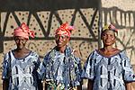 BURKINA FASO Dorf Sesuala bei Pó , Ethnie Kassena ,Frauen Kooperative verarbeiten Karite bzw Shea Nuesse zu Shea Butter, Frau Avi Nabila rechts Leiterin der Kooperative und Frau Abakola Adakta mitte vor Lehmhaus mit Kassena Style Bemalung - BURKINA FASO , village Sesuala near Pó , ethnic Kassena , women cooperative produce shea butter from shea nuts of Karite tree, right Mrs. Avi Nabila , leader of cooperative