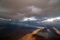 Sandsturm in der Kalahari: NAMIBIA, AFRIKA, 21.12.2018: Sandsturm in der Kalahari, Landung auf dem Flugplatz Bitterwasser