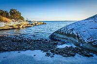 Vinter klippor och tenar vid havet på Gålö i stockholms skärgård