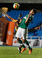 CALI - COLOMBIA -10-04-2014: Cristian Marrugo (Der.) jugador de Deportivo Cali disputan el balón con David Silva (Izq.) jugador de Deportes Tolima durante  partido Deportivo Cali y Deportes Tolima por la fecha 16 de la Liga Postobon I 2014 en el estadio Pascual Guerrero de la ciudad de Cali. / Cristian Marrugo (R) player of Deportivo Cali fights for the ball with David Silva (L) player of Deportes Tolima during a match between Deportivo Cali and Deportes Tolima for the date 16th of the Liga Postobon I 2014 at the Pascual Guerrero stadium in Cali city. Photo: VizzorImage / Juan C Quintero / Str.