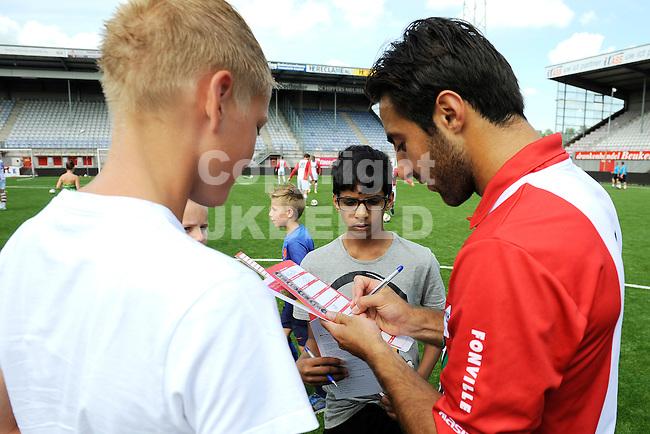 117 km<br /> GRONINGEN - Voetbal, Open dag FC Emmen, JENS Vesting, seizoen 2014-2015, 03-08-2014,  handtekening van FC Emmen speler Gaby Jallo