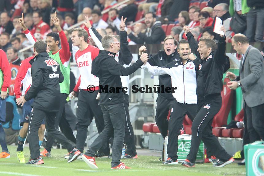 Trainer Peter Stöger (Köln) jubelt mit der Kölner Bank über den Sieg nach dem Schusspfiff- 1. FSV Mainz 05 vs. 1. FC Köln, Coface Arena, 2. Runde DFB-Pokal