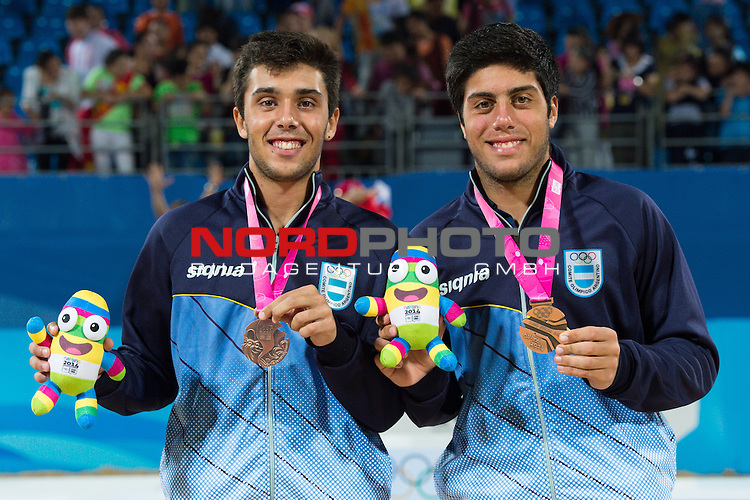 27.08.2014, Nanjing, Youth Olympic Sports Park<br /> Youth Olympic Games 2014, Siegerehrung<br /> <br /> 3. Platz / Bronze / Bronzemedaille: Leo Aveiro (ARG) und Santiago Aulisi (ARG)<br /> <br />   Foto &copy; nordphoto / Kurth
