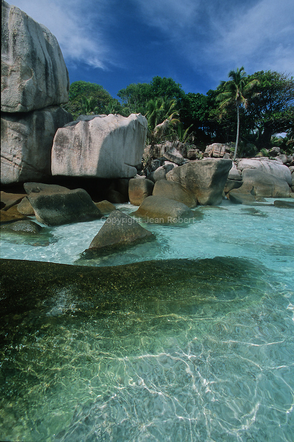 With its 2500 inhabitants and its somptuous beaches, the small island of La Digue  symbolizes the Seychellois paradise.