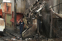 S&Atilde;O PAULO,SP, 30.11.2018 - ACIDENTE-SP - <br /> Bombeiros trabalham no local onde um avi&atilde;o de pequeno porte caiu na tarde desta sexta-feira, 30, pr&oacute;ximo ao Campo de Marte, na zona norte de S&atilde;o Paulo. A aeronave, um Cessna 210, caiu sobre duas casas logo ap&oacute;s decolar. Pelo menos duas pessoas morreram e outras 12 ficaram feridas. (Foto: Amauri Nehn/Brazil Photo Press)