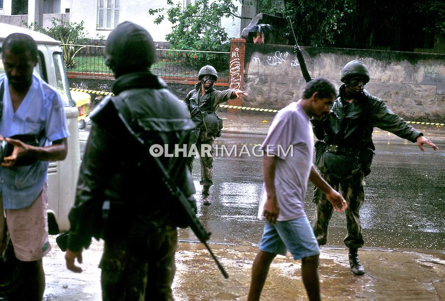 Exército ocupa o Morro do Dendê, Rio de Janeiro. 1992. Foto de Ricardo Azoury.