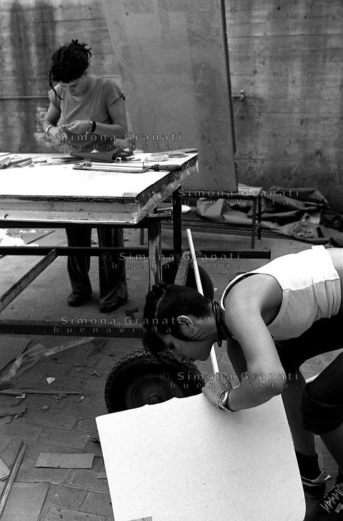 Genova 19 Luglio 2001.G8.Stadio Carlini .Giovani preparano le protezioni