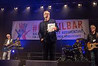 """Am Samstag den 13. Oktober 2018 demonstrierten nach Veranstalterangaben ueber 240.000 Menschen in Berlin mit der Demonstration #unteilbar gegen den Rechtsruck in der Gesellschaft und der Politik. Sie forderten """"Eine offene und freie Gesellschaft - Solidaritaet statt Ausgrenzung"""".<br /> Die Demonstration zog vom Alexanderplatz zur Siegessaeule, wo die Abschlusskundgebung mit Redebeitraegen und Livemusik, u.a. mit Herbert Groenemyer (im Bild), stattfand.<br /> 13.10.2018, Berlin<br /> Copyright: Christian-Ditsch.de<br /> [Inhaltsveraendernde Manipulation des Fotos nur nach ausdruecklicher Genehmigung des Fotografen. Vereinbarungen ueber Abtretung von Persoenlichkeitsrechten/Model Release der abgebildeten Person/Personen liegen nicht vor. NO MODEL RELEASE! Nur fuer Redaktionelle Zwecke. Don't publish without copyright Christian-Ditsch.de, Veroeffentlichung nur mit Fotografennennung, sowie gegen Honorar, MwSt. und Beleg. Konto: I N G - D i B a, IBAN DE58500105175400192269, BIC INGDDEFFXXX, Kontakt: post@christian-ditsch.de<br /> Bei der Bearbeitung der Dateiinformationen darf die Urheberkennzeichnung in den EXIF- und  IPTC-Daten nicht entfernt werden, diese sind in digitalen Medien nach §95c UrhG rechtlich geschuetzt. Der Urhebervermerk wird gemaess §13 UrhG verlangt.]"""
