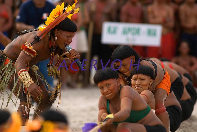X JOGOS DOS POVOS INDÍGENAS <br /> Liderança Enawene Nawe do Mato Grosso estimula suas guerreiras durante disputa de cabo de guerra.<br /> Os Jogos dos Povos Indígenas (JPI) chegam a sua décima edição. Neste ano 2009, que acontecem entre os dias 31 de outubro e 07 de novembro. A data escolhida obedece ao calendário lunar indígena. com participação  cerca de 1300 indígenas, de aproximadamente 35 etnias, vindas de todas as regiões brasileiras. <br /> Paragominas , Pará, Brasil.<br /> Foto Paulo Santos<br /> 03/11/2009