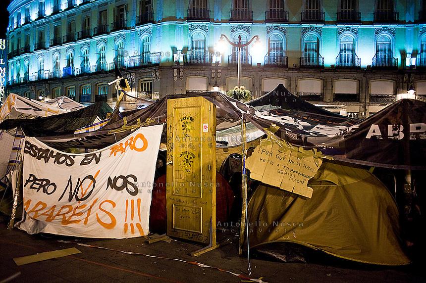 """Los Indignados continuano l'occupazione di Puerta del Sol a Madrid.""""Los Indignados"""" continue occupying Puerta del Sol Square."""