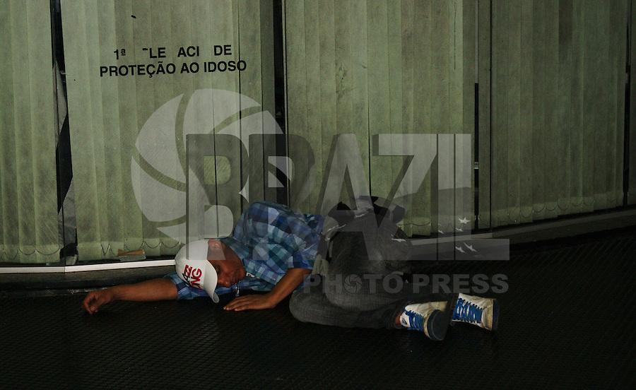 SAO PAULO, SP, 06 DE MAIO DE 2012 – VIRADA CULTURAL 2012 – Pessoas dormem nas pracas e metro, na oitava edicao da Virada Cultural na regiao central da capital paulista, neste domingo, 06. (FOTO: DEBBY OLIVEIRA / BRAZIL PHOTO PRESS).
