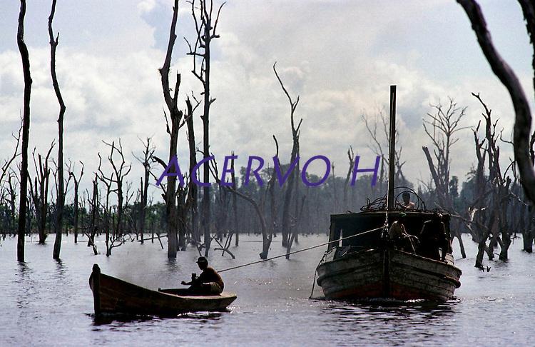 """Mateiros escolhem a madeira para cortarem as ·rvores do lago que se formou apÛs a construÁ""""o da represa.<br /> TucuruÌ - Par· - Brasil<br /> 27/04/2000. <br /> ©FOTO: PAULO SANTOS/INTERFOTO"""