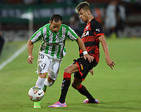MEDELLÍN -COLOMBIA-01-10-2014. Alejandro Guerra (Izq) jugador de Atlético Nacional de Colombia disputa el balón con  William Henrique (Der) jugador de Vitória de Brasil durante juego de ida de los octavos de final en la Copa Total Sudamericana 2014 realizado en el estadio Atanasio Girardot de Medellín./ Alejandro Guerra  (L) player of Atletico Nacional of Colombia fights for the ball with William Henrique (R) player of Vitoria of Brazil during the first leg match for the knockout stage of the Copa Total Sudamericana 2014 played at Atanasio Girardot stadium in Medellin. Photo: VizzorImage/Luis Ríos/STR