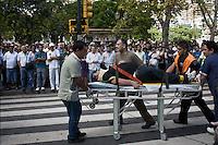 (((ACTUALIZA INFORMACIÓN CON CIFRA DE MUERTOS))) BAS14. BUENOS AIRES (ARGENTINA), 22/02/2012.- Una persona herida es trasladada hoy, miércoles 22 de febrero de 2012, tras el accidente de un tren en Buenos Aires (Argentina). Al menos 40 personas murieron en el accidente de tren ocurrido en una de las estaciones ferroviarias más populosas de la ciudad, que causó 550 heridos, según fuentes oficiales citadas por la cadena C5N. EFE/Damian Dopacio