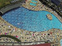 SAO PAULO, SP, 15/09/2013, CALOR. No ultimo final de semana do inverno 2013, as piscinas do SESC Belenzinho ficaram lodatas nesse domingo (15). Foto aerea da movimentação das piscinas. LUIZ GUARNIERI/ BRAZIL PHOTO PRESS.