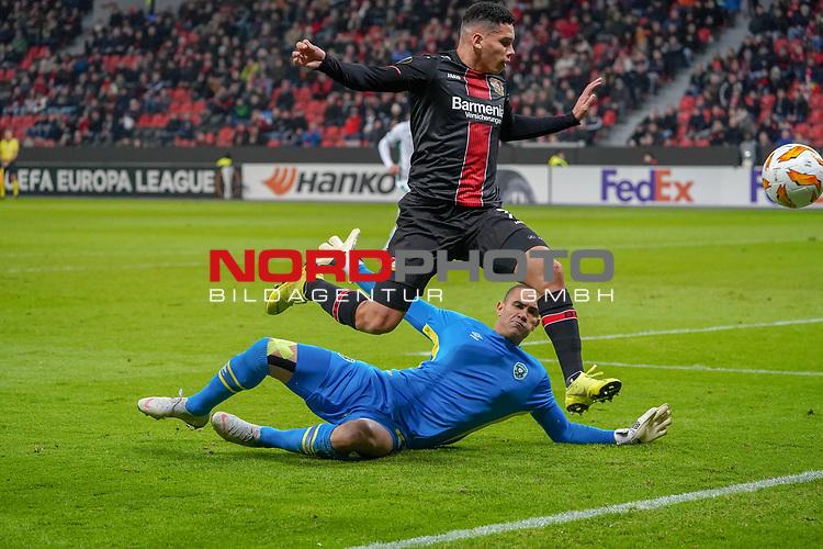 29.11.2018, BayArena, Leverkusen, Europaleque, Vorrunde, GER, UEFA EL, Bayer 04 Leverkusen (GER) vs. Ludogorez Rasgrad (BUL),<br />  <br /> DFL regulations prohibit any use of photographs as image sequences and/or quasi-video<br /> <br /> im Bild / picture shows: <br /> Isaac Kiese Thelin (Leverkusen #11), im Zweikampf gegen  Torwart Renan (Ludogorez Rasgrad #33), <br /> <br /> Foto © nordphoto / Meuter<br /> <br /> <br /> <br /> Foto © nordphoto / Meuter