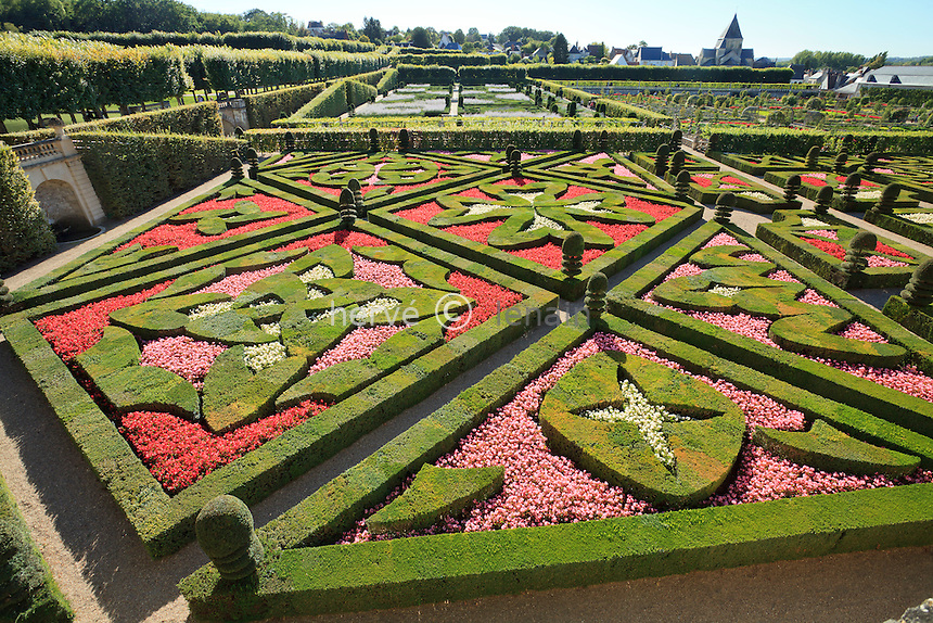 "France, Jardins du château de Villandry, en premier plan ""les Jardins d'Amour"", (topiaires et bégonias) // France, Gardens of Villandry castle, in the foreground ""the Garden of Love"" (topiary and begonias)"