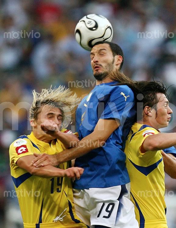 Fussball WM 2006  Viertelfinale  Italien - Ukraine Maksym Kalinchenko (UKR)li, Gianluca Zambrotta (ITA)mitte, Artem Milevskiy (UKR)