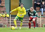 2015-10-18 / voetbal / seizoen 2015-2016 / Witgoor Dessel - Houtvenne / Alban Grepi (l) (Witgoor Dessel) schermt de bal af voor Thomas De Corte (r) (Houtvenne)