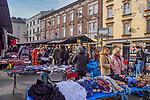 """2020-02-16 Kraków Plac Nowy. W każdą niedzielę odbywa się tu wielka giełda odzieży. Na popularnym """"Żydzie"""", za niewielkie pieniądze można się tu zaopatrzyć w używaną odzież i różne akcesoria."""
