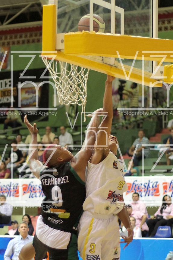 BUCARAMANGA - COLOMBIA - 14 - 05 - 2013: Fernandez (Der.) de Bucaros de Bucaramanga, disputa el balón con Fernandez (Izq.) de Aguilas de Tunja, mayo 14 de 2013. Bucaros de Bucaramanga y Aguilas de Tunja en partido de la fecha 16 de la fase II de la Liga Directv Profesional de baloncesto en partido jugado en el Coliseo Vicente Romero Diaz. (Foto: VizzorImage / Jaime Moreno / Str). Fernandez (R) of Bucaros from Bucaramanga, fights for the ball with Fernandez (L) of de Aguilas from Tunja, Mayo 14, 2013. Bucaros from Bucaramanga and de Aguilas from Tunja in the match 16 of the phase II of the Directv Professional League basketball, game at the Coliseum Vicente Romero Diaz. (Photo: VizzorImage / Jaime Moreno / Str)..