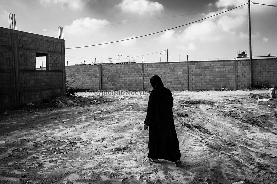 Gaza, Khuzaa: Feda marche sur le terrain où était sa maison détruire lors de la guerre de 2014. Seul les ruines ont été enlevées, mais Feda n'a pas encore reçu le financement pour construire sa nouvelle maison. 31/01/16<br /> <br /> Gaza, Khuzaa: Feda is walking on the ground where was her house destroyed during the 2014 war. Only the rubbles have been removed but Feda didn't receive the finance yet to build her new home. 31/01/16