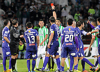 MEDELLÍN -COLOMBIA-08-05-2014.  Néstor Pitana, Argentina, árbitro muestra la tarjeta rona a Edwin Cardona jugador de Nacional durante el encuentro de ida entre Atlético Nacional de Colombia y Defensor Sporting de Uruguay  por los cuartos de final de la Copa Bridgestone Libertadores 2014 jugado en el estadio Atanasio Girardot de Medellín, Colombia./  Nestor Pitana, Argentina, referee, shows the red card to Edwin Cardona player of Nacional during the first leg match between Atletico Nacional of Colombia and Defensor Sporting of Uruguay for the quaterfinals of the Copa Libertadores championship 2014 played at Atanasio Girardot stadium in Medellin, Colombia. Photo: VizzorImage/ Luis Ríos /STR