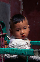China, Peking, Junge in traditionellem Kinderwagen