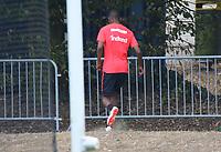 Allen Rodrigues de Souza (Eintracht Frankfurt) geht schnell zum pinkeln in den Wald - 28.08.2018: Eintracht Frankfurt Training, Commerzbank Arena, DISCLAIMER: DFL regulations prohibit any use of photographs as image sequences and/or quasi-video.